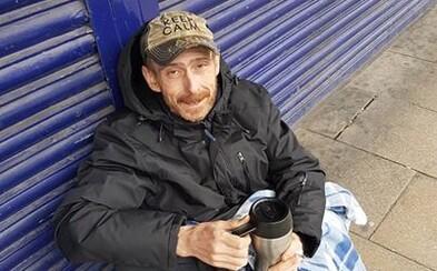 Bezdomovec našel oblek za 250 eur, ale vrátil ho majiteli. Lidé mu nyní nabízejí práci, sbírají peníze a vyřizují bydlení