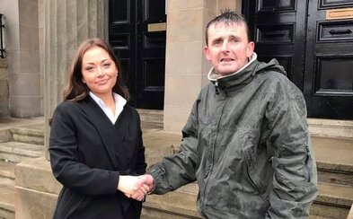 Bezdomovec stál hodiny v daždi, aby strážil zabudnutú tašku s peniazmi. Vďaka svojej čestnosti už viac nemusí byť na ulici