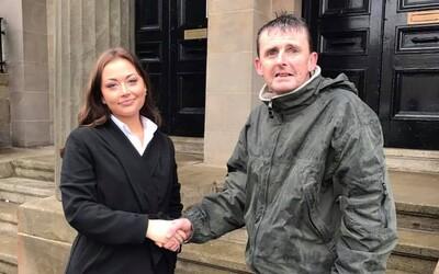 Bezdomovec stál hodiny v dešti, aby pohlídal zapomenutou tašku s penězi. Díky své poctivosti už nemusí být na ulici