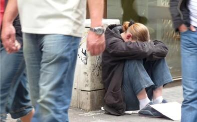 Bezdomovkyně na ulici porodila dvojčata, vybralo se pro ni přes 850 000 korun