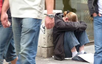 Bezdomovkyňa na ulici porodila dvojičky, vyzbierali pre ňu takmer 30 000€
