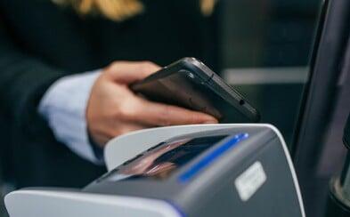 Bezkontaktní platby bez PINu se od zítra změní. Proč a kdy po vás terminál bude chtít PIN kód?