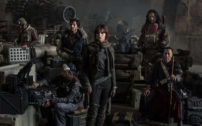 Bezvládne telá Stormtrooperov a zrútená vesmírna loď na fotkách z natáčania Star Wars: Rogue One