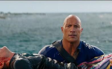 Bicepsy Dwayna Johnsona v traileri pre necenzurovaný Baywatch zachraňujú nadržané kočky na pláži, ale taktiež dávajú cez držku zločincom