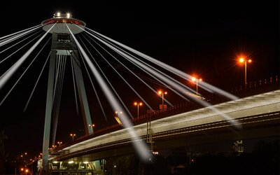 Biela noc rozžiari aj UFO! Svetelné chápadlá z veže budeš môcť ovládať aj ty