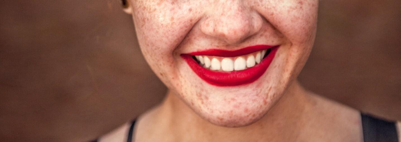 Biele zuby aj bez zbytočného utrácania peňazí? Žiarivý úsmev si dokážeš vyčarovať aj priamo v kuchyni