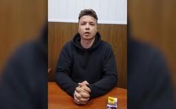 """Běloruský novinář Pratasevič se """"přiznal"""" ve videu, jeho příbuzní a spojenci si myslí, že ho mučili"""