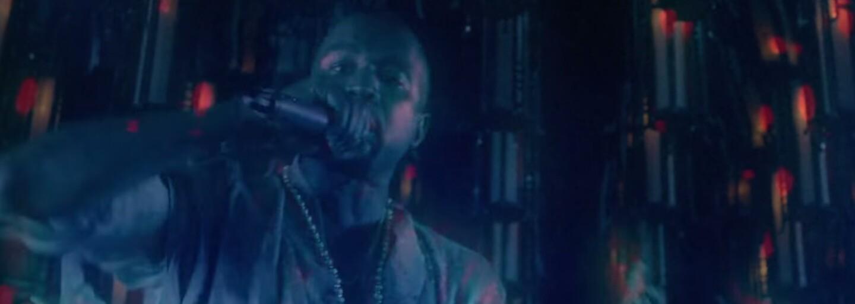Big Sean se ve dvojici videoklipů nejprve proměnil ve stařečka, ale později s Kanyem zboural klub