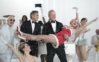 Bill Murray, George Clooney, Miley Cyrus a mnoho iných zažiaria v Netflixovom vianočnom špeciále