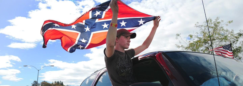 Billa prodávala sedáky s konfederační vlajkou. Po našem dotazu je stáhla z prodeje a omluvila se zákazníkům