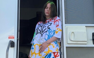 Billie Eilish nakladá každému, kto jej píše, že by vyzerala oveľa atraktívnejšie, keby sa obliekala normálne