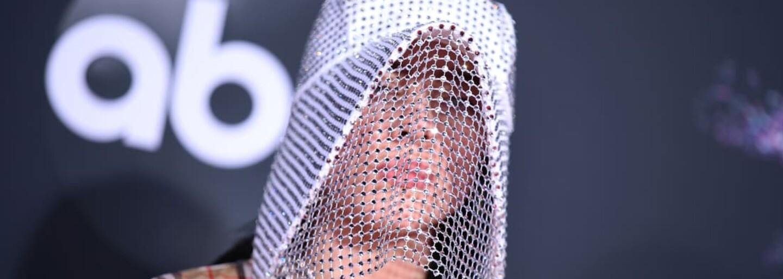 Billie Eilish s maskou Burberry alebo kovbojské rovnošaty v podaní raperov. Sleduj najlepšie outfity z tohtoročných AMAs