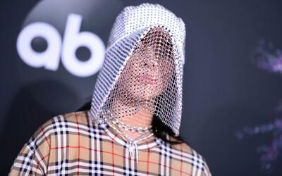 Billie Eilish s maskou Burberry nebo kovbojské stejnokroje v podání raperů. Sleduj nejlepší outfity z letošních AMAs