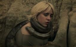 Billie Eilish sa vo videoklipe necháva škrtiť hadom. Vypočuj si pieseň z nového albumu
