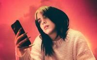 Billie Eilish v emotívnej reklame od Telekomu búra stereotypy o mladej generácii. Máme obrovský potenciál, odkazuje