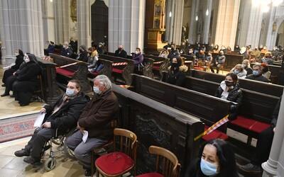 Biskupi vyzývajú veriacich, aby sa vrátili späť do kostolov. Zároveň ďakujú zdravotníkom za pomoc pri zvládaní pandémie