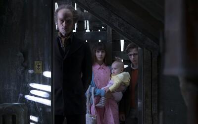Bizarne namaskovaný Neil Patrick Harris sa snaží získať dedičstvo troch sirôt v čierno-humornom seriáli od Netflixu A Series of Unfortunate Events