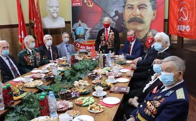 Bizarní fotka ruských komunistů večeřících se Stalinem a Leninem v zádech obletěla internet