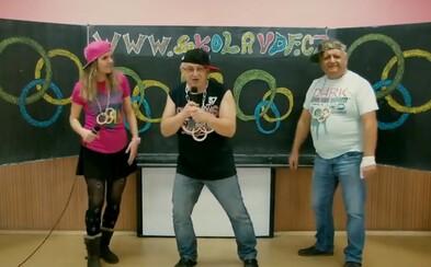 Bizarní rap ředitele školy z Varnsdorfu tě nechá v němém úžasu. Mikrofonu se chopili i pedagožka a sociální pracovník