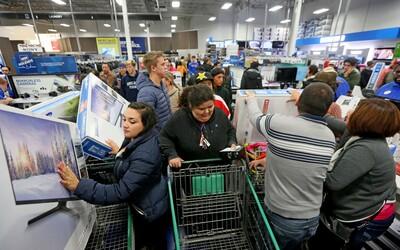 Black Friday: nákupní fenomén, při kterém se zákazníci perou o zlevněné zboží. Jaká je historie tohoto svátku nakupování?