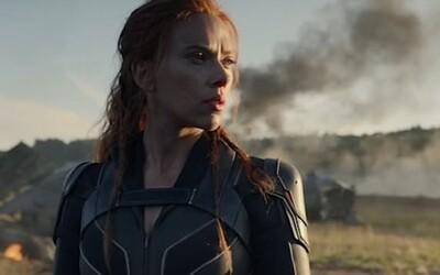 Black Widow v prvom traileri na svoju sólovku bojuje s hordou nepriateľov, no taktiež s rodinou