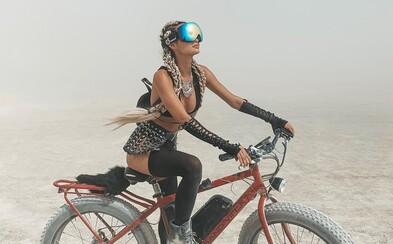 Bláznivé módne kreácie, polonahé telá a cyklistické prvky. Aké outfity priniesol festival Burning Man 2019?
