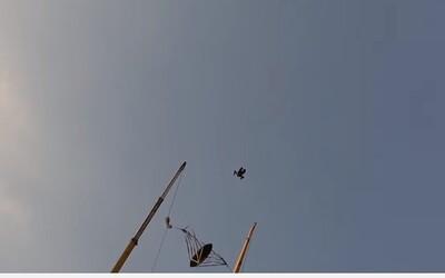 Bláznivý lidský katapult přímo nad Dubají. Člověk se z 0 na 200 kilometrů za hodinu dostane za 1 sekundu