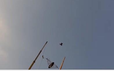 Bláznivý ľudský katapult priamo nad Dubajom. Človek sa z 0 na 200 kilometrov za hodinu dostane za 1 sekundu