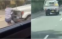 Bláznivý vodič nabral muža na svoj nárazník a jazdil s ním vysokou rýchlosťou po diaľnici