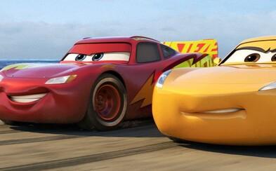 Blesk McQueen ešte nie je z kola von! V Autách 3 však bude musieť byť rýchlejší a silnejší ako jeho nový súper
