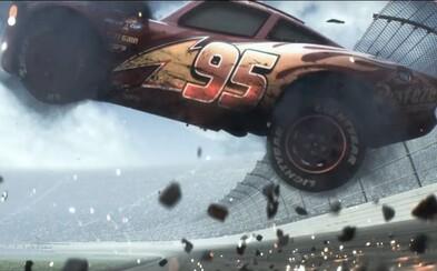 Blesk McQueen sa vracia v atmosférickej a dramatickej debutovej ukážke z očakávaného animáku Autá 3