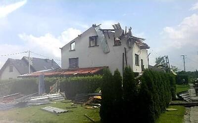 Blízko našich hraníc sa prehnalo tornádo, zničilo desiatky domov. K nám búrky ešte len prídu