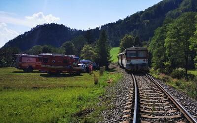 Blízko Žiliny sa zrazil vlak s osobným autom. Tlačil ho 150 metrov, dvaja ľudia zomreli