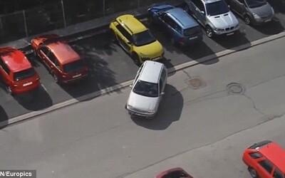 Blonďavá Češka svojím nepodareným parkovaním pobláznila internet