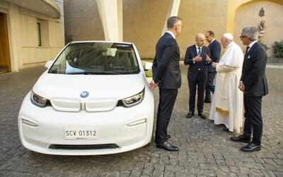 BMW darovalo Svätému Otcovi na znak snahy o ochranu našej planéty snehobiely elektromobil i3