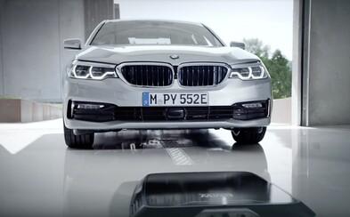 BMW pretavuje do sériovej podoby bezdrôtové nabíjanie. Svitá elektrickým autám na ešte lepšie časy?