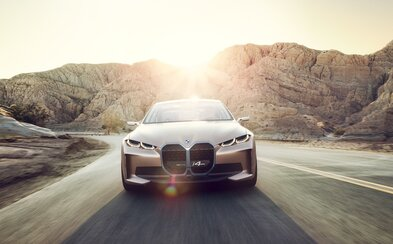 BMW ukázalo nové logo, ale i elektromobil s dojezdem až 600 kilometrů