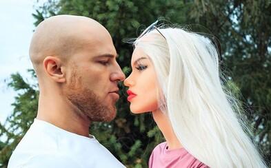 Bodybuilder si chce vzít svou sexuální panenku za manželku. Už má i svatební šaty
