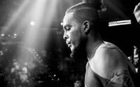 Bojovníka MMA zastřelili před jeho vlastním domem. Truchlí po něm tři malé děti, fanoušci a přátelé se vydali na pohřeb