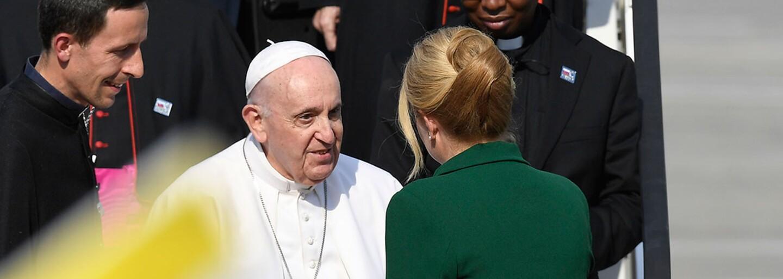Boli sme čakať pápeža Františka na letisku: privítala ho aj prezidentka, ponúkli mu chlieb a soľ