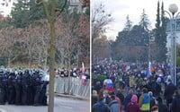 Boli sme sa pozrieť na protestoch v Bratislave: Blízko nás hodili delobuch a skoro sme ohluchli