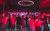 Boli sme v prvom gay klube na Slovensku: zabávajú sa tu známi politici, ale aj ženy, ktoré nechcú, aby ich muži obťažovali
