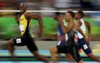 Boltova dominancia zachytená na jedinej fotografii. Pred cieľom stihol otočiť hlavou a nahodiť úsmev