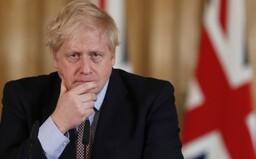 Boris Johnson situáciu okolo korony zľahčoval, potom sa nakazil a musel ísť na JIS. Teraz premiér ďakuje doktorom, že žije