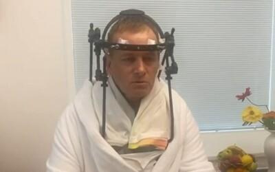 Boris Kollár sa opäť ozýva z nemocnice. Hovorí o zázraku, že sa postavil z postele, hoci ešte nemá vyhraté