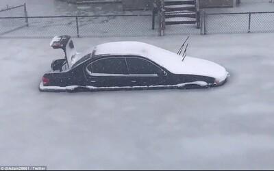 Boston zamrzl a vypadá jako vystřižený z postapokalyptického filmu. Auta uvízla a záplavy způsobily mnoho komplikací
