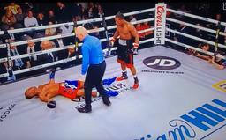 Boxer dostal tvrdé KO a po několika dnech v kómatu zemřel, bylo mu 27 let
