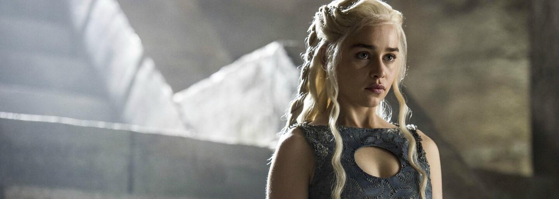 Brad Pitt by dal 120 tisíc dolarů, aby mohl s Emilií Clarke sledovat Game of Thrones. Jeho nabídku však někdo překonal