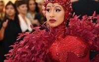 Bradavky za 500 tisíc dolarů: Cardi B odhaluje cenu rubínů na šatech z Met Gala, které byly inspirovány feminismem