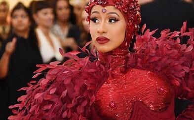 Bradavky za 500-tisíc dolárov: Cardi B odhaľuje cenu rubínov na šatách z Met Gala, ktoré boli inšpirované feminizmom